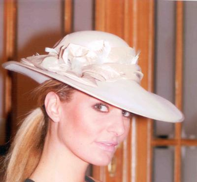 A szép kalap öltöztet b34fb6bcd1